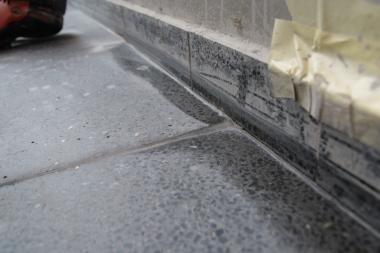 Stonecare - kraj teracové dlažby před ručním broušením