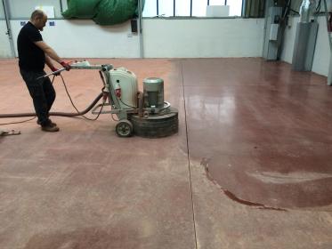 Betonová podlaha během lehkého broušení